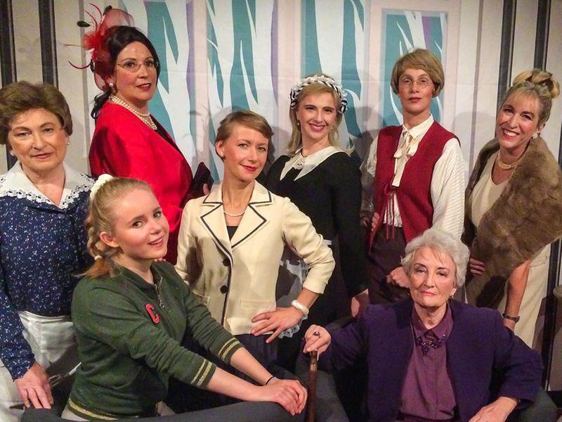 Die Tribüne: Die acht Frauen