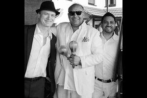 Rey Valencia und Band