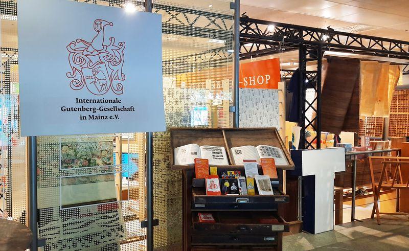An unserem Stand kann man sich über die Förderorganisationen des Gutenberg-Museums Mainz informieren.