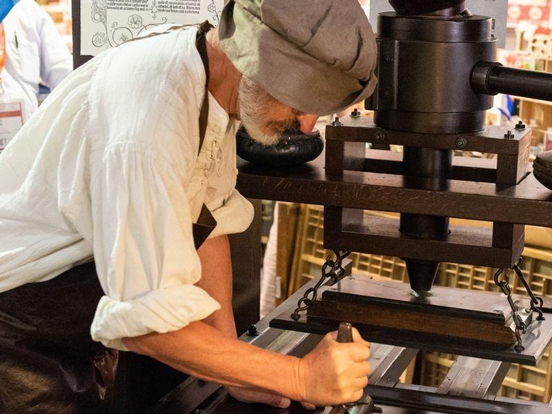 Heinz Noack alias Johannes Gutenberg an der Druckerpresse